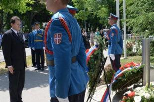 """Венци за гардисте и пацијенте погинуле 1999. у НАТО бомбардовању КБЦ """"Драгиша Мишовић"""" 10"""