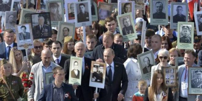БЕСМРТНИ ПУК: Путин са сликом оца у рукама предводио марш 250.000 Руса (фото) 1