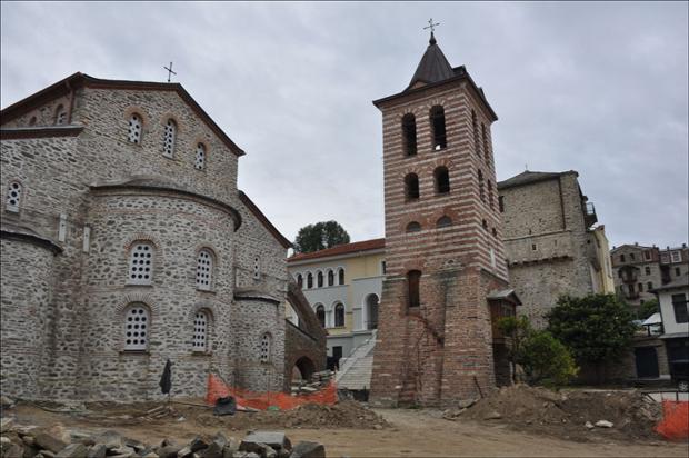 * Црква из X века у Кареји, најстарија на Атосу