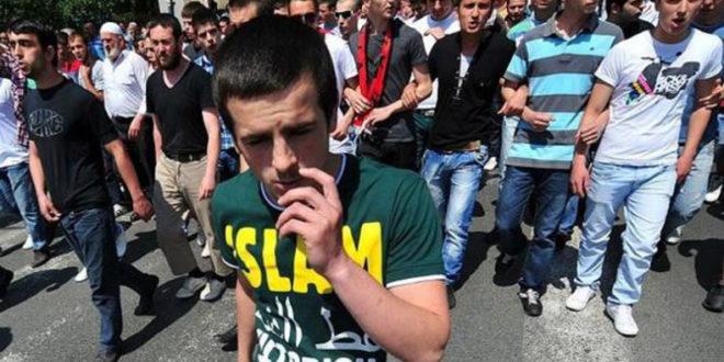 """Шиптарски марш у Скопљу са скандирањем """"УЧК"""" и транспарентом """"Албанијо, каде си, Илирида ти гори"""" 1"""