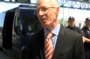 Амерички амбасадор Мајкл Кирби у улози српског министра за имиграцију (видео)