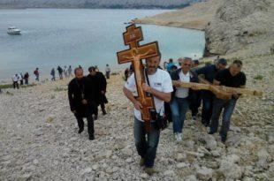 На острву Паг, мјесту најужаснијег хрватског логора смрти за Србе, постављен је православни крст