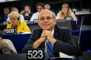 """ФРКА У ЕУ ПАРЛАМЕНТУ: Француски посланик оптужио ЕУ и САД за """"државни удар у Украјини"""""""