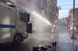 Полиција воденим топовима и сузавцем на учеснике параде содомита у Истанбулу (видео) 9
