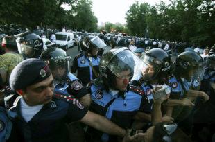 Јерменска полиција растурила барикаду у Јеревану и привела најмање 46 демонстраната