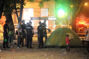 Полицајци уклањали шаторе азилантима из парка код БАС