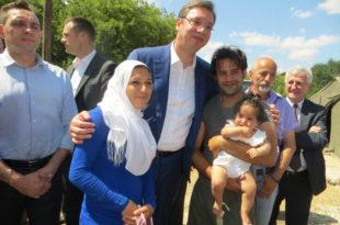 Мађарска премешта имигранте из градова у шаторе на пољима, Македонци затварају границе а Вучић се слика са њима?!
