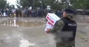 Погледајте како мигранти на македонско-грчкој граници одбијају помоћ за себе и децу јер се на пакетима налази симбол крста! (видео) 23