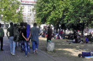 У парку код аутобуске станице више од 300 избеглица, не желе у Крњачу