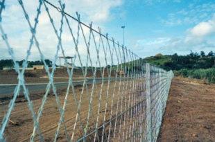 Мађарска: ДВОСТРУКА ОГРАДА неопходна дуж целе границе са Србијом!