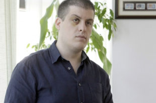 Новинар Иван Нинић физички нападнут пошто је поставио питања Томиславу Николићу о човеку из његовог кружења