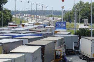 Сад и Хрвати од Вучића праве будалу, отворили Батровце само за камионе са кварљивом робом, бесне камионџије блокирале аутопут