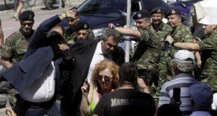 """На грчком острву Кос мештани гађали јајима званичнике ЕУ и узвикивали """"Издајице!"""" и """"Не можете да заштитите ни наше границе!"""" 3"""
