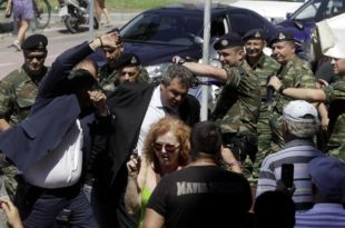 """На грчком острву Кос мештани гађали јајима званичнике ЕУ и узвикивали """"Издајице!"""" и """"Не можете да заштитите ни наше границе!"""""""