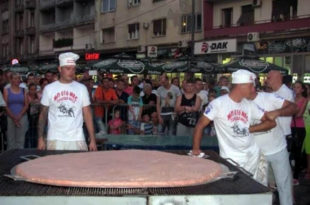 Лесковчани направили рекордну пљескавицу