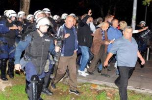 ЕКСКЛУЗИВНО: ЧИТАОЦИ ЈАВЉАЈУ Падају барикаде у Црној Гори, полиција се придружује демонстрантима!