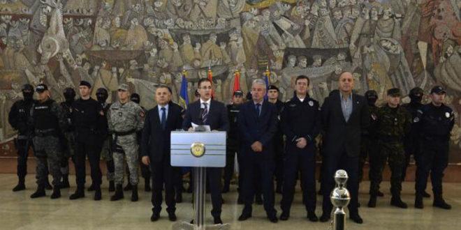 АЈДЕ! Министру Стефановућу је нормално да на конференцију за штампу доводи маскиране и до зуба наоружане специјалце?!