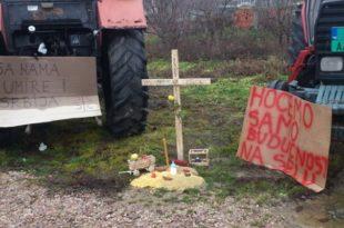 Пољопривредници прекинули протест, пољопривреда је сахрањена (видео) 8