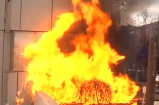 Хаос у Приштини: Каменице и сузавац на протесту, зграда Владе у пламену, окупљени скандирају УЧК (видео) 7