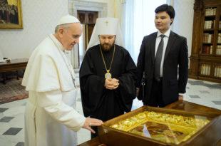 Једини пут на који ћеш ти Илариону заједно са Кирилом и папом да идеш биће онај у пакао, успут цитирајућу комунисте!