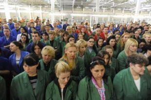 """Погледајте како су Врањанке запослене у """"Геоксу"""" дочекале Вучића као да су му дошле на парастос! 11"""