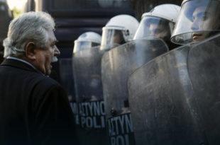 Мештани грчког острва Кос, које је преплављено мигрантима, сукобили се са полицијом због изградње центра за регистрацију миграната
