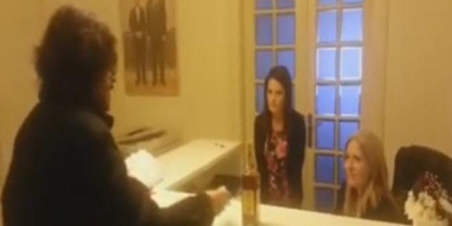 КРАЉ! Ушао у централу СНС-а па им поклонио вињак, бенседине и вазелин (видео) 1