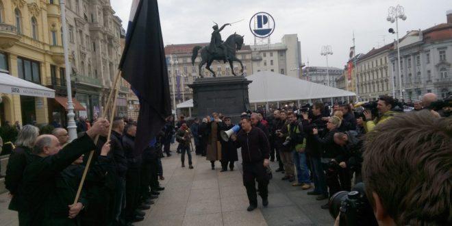 Усташе марширају Загребом док се ЕУ чешља 1