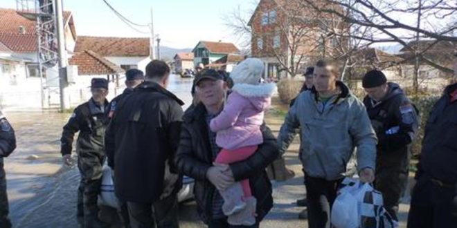 Мештани поплављеног села Грдица: Упозоравали смо две године, али нико са власти ништа није урадио, почели су да праве бедем пред изборе