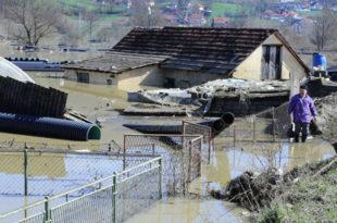 И даље поплављено на стотине кућа док је у 13 општина и даље на снази ванредно стање