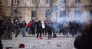 Париз: Велики раднички протести се настављају - полиција употребила сузавац против демонстраната (видео) 2