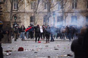Париз: Велики раднички протести се настављају - полиција употребила сузавац против демонстраната (видео)