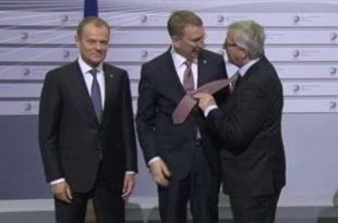 Погледајте пијаног шефа ЕУ како шамара шефове држава, министре ЕУ и дипломате (видео)