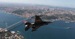 Погледајте турски војни авион у бришућем лету изнад Истанбула (видео) 5