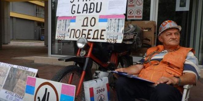ШТРАЈК ГЛАЂУ У КРАЉЕВУ Везао се ланцима испред Градске управе