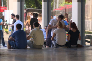 Родитељи издржавају 60 одсто младих у Србији 8