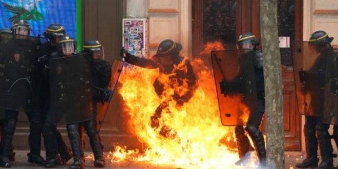 ХАОС У ПАРИЗУ: Запаљен полицајац током протеста против власти (ВИДЕО)