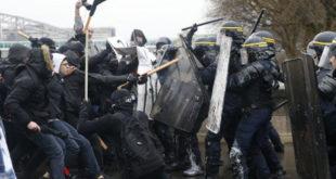 Француска: Масовна макљажа радника и полиције (видео) 4