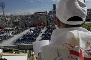 Папа у Грузији прошао као бос по трњу: Млатио пред празним стадионом