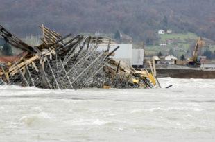 КАД НЕПРЕДИ ЗГУБИДАНИ ГРАДЕ: Срушен стуб новог моста преко Дрине 6
