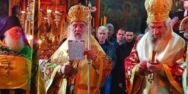 Патријарх се моли, владика Јован Манити куца поруке у сред Свете Литургије