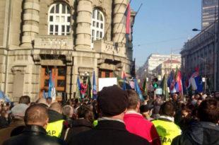 ПРОТЕСТ У БЕОГРАДУ: Војска и полиција закуцала на врата Владе Србије!