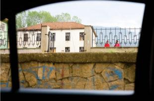 """Репортажа из Круме: Најмрачнија прича ратова деведесетих и злогласна """"Жута кућа"""""""