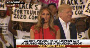 """Митинг Доналда Трампа његова супруга Меланија започела са молитивом """"Оче наш"""" (видео)"""