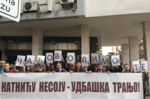 Перформанс Демократског фронта испред Тужилаштва ЦГ: Катнићу несоју, удбашка трањо!