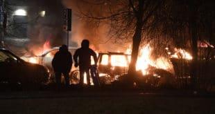 """Стокхолм: Спаљени аутомобили, напад на полицију и повици """"Ово је крај Шведске"""" (видео)"""