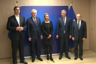 """""""Отаџбина"""": Србима на КиМ су Вучићеви и Николићеви преговори у Бриселу и огавни и трагикомични"""