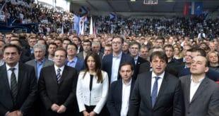 Вучић прича о тајкунима док поред њега стоји Карић и о ДОС-у а пола некадашњег ДОС-а је у његовој влади, странци и коалицији 6