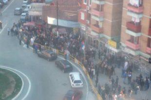Запослени у јавном сектору у К.Митровици добили наређење да се окупе испред седишта СНС