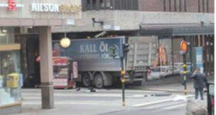 Камион улетео у масу у Стокхолму, троје мртвих 8